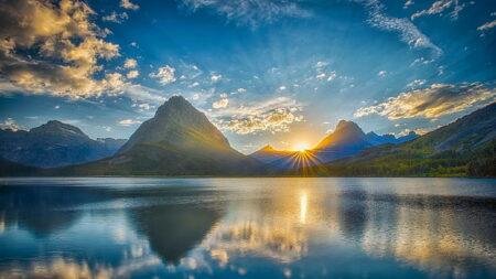 Gunung Kembar dan Matahari